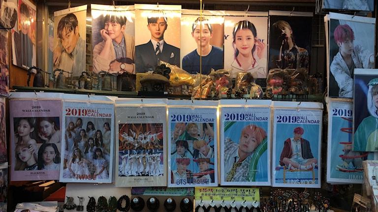 Genrebild över idol merchandise på stan.
