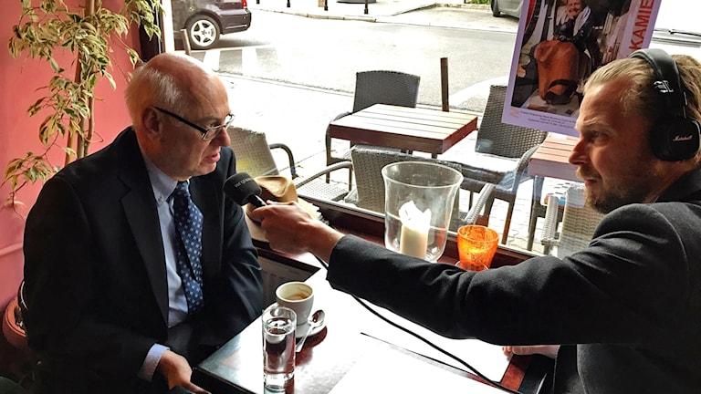 Zdislaw Krasnodebski, medlem i Europaparlamentet för Lag och Rättvisa, intervjuas av Magnus Thorén.