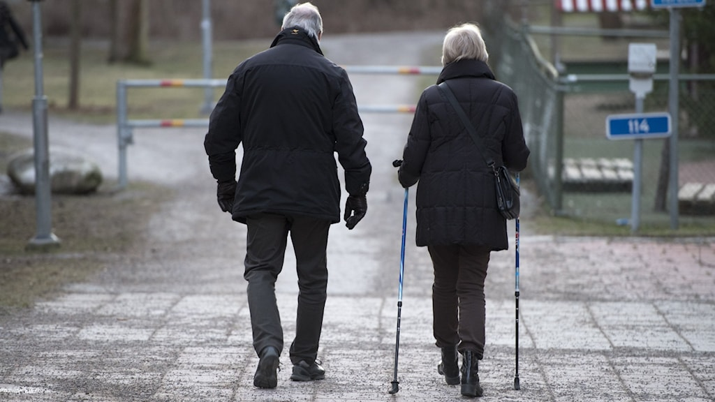 Man och kvinna på promenad.