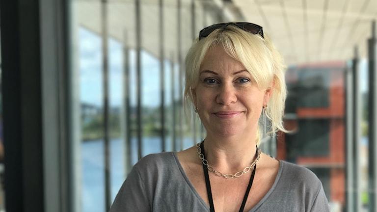 En blond glad kvinna