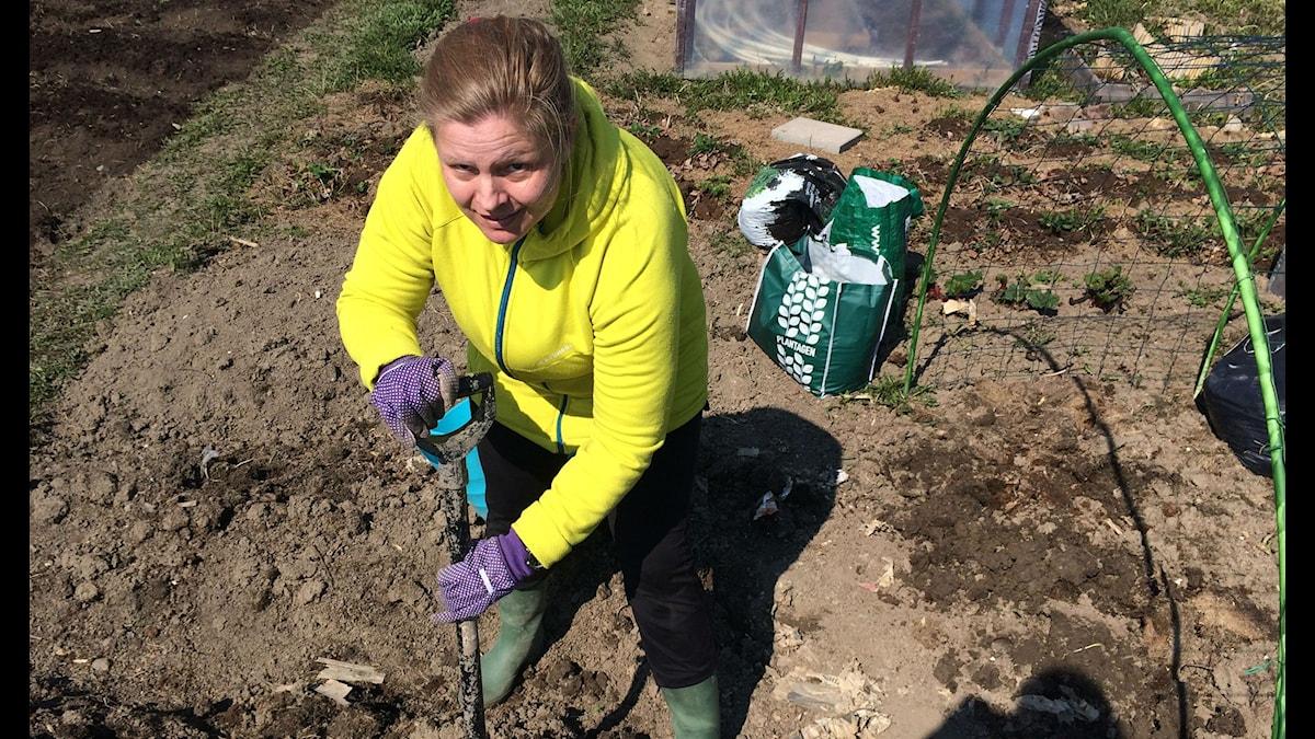 Religionsvetaren Lena Roos gräver