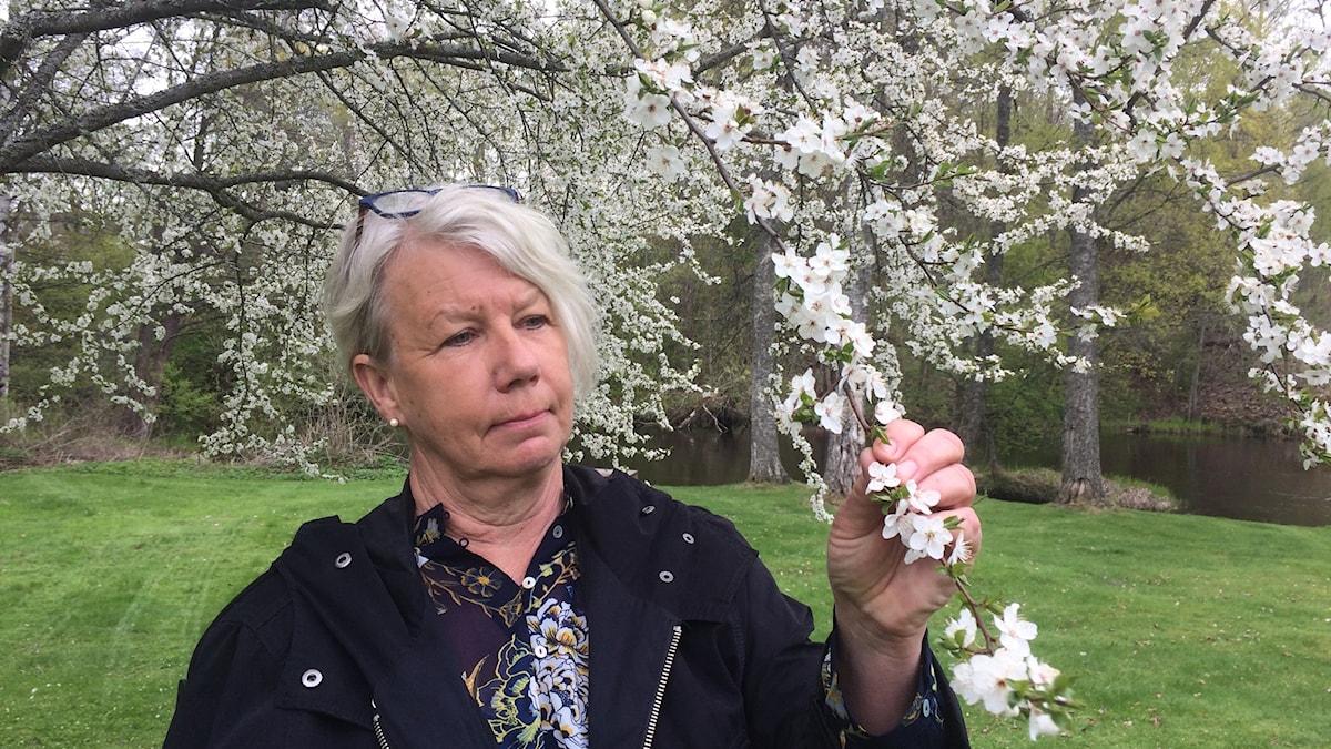 Annika Norlin i sin trädgård