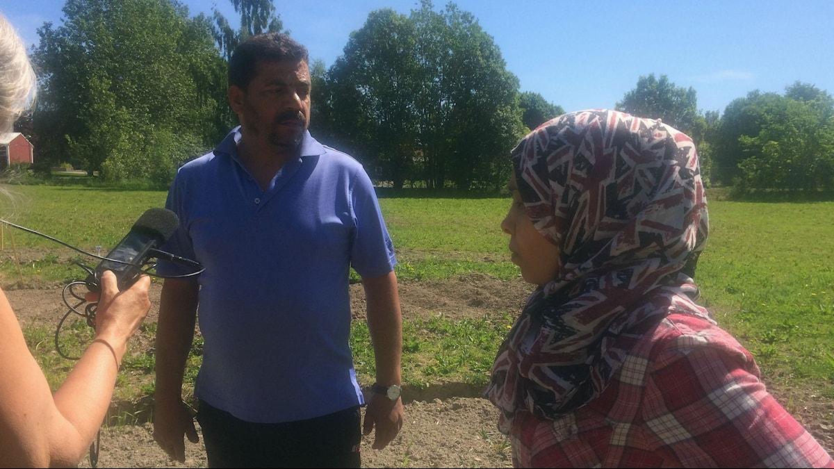 Tamam och Rabaa vid sin nya odlingslott vid kyrkan i Tärnsjö.