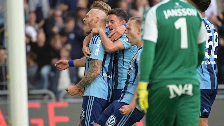Magnus Eriksson firar sitt andra mål mot Örebro.