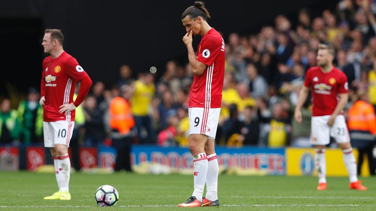 Zlatan och spelarna i United deppar efter förlusten.