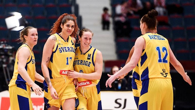 ARKIVBILD: STOCKHOLM 20180214 Sveriges Amanda Zahui och Frida Eldebrink omfamnar varandra i onsdagens EM-kval i basket mellan Sverige och Kroatien på Hovet.  Foto: Erik Simander / TT