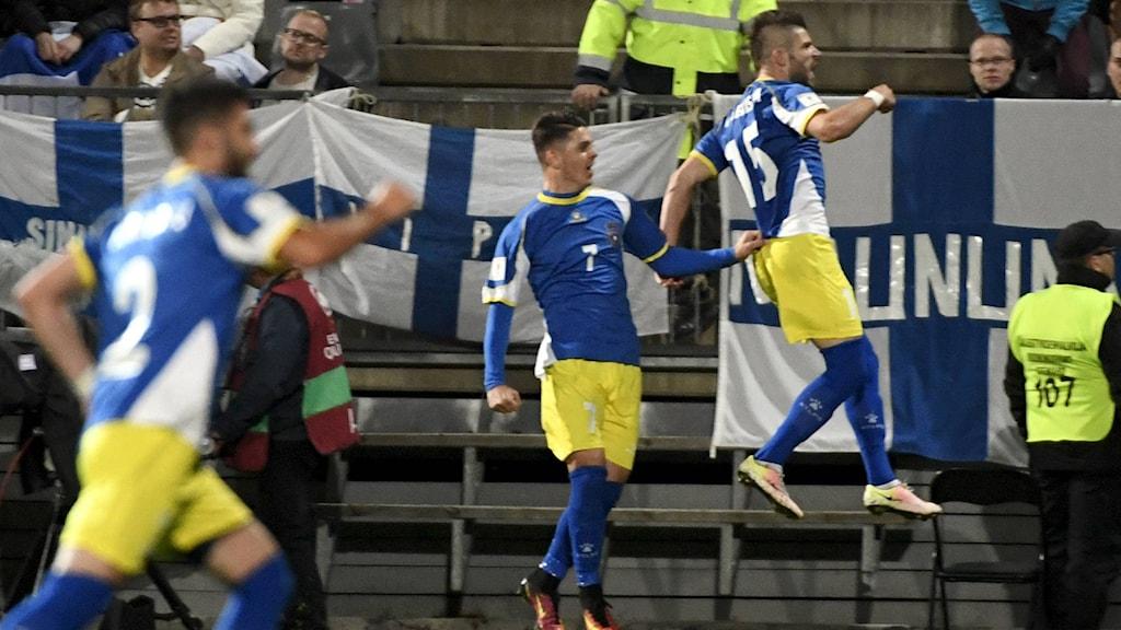 Valon Berisha jublar efter Kosovos första tävlingsmål