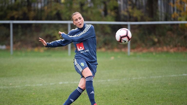 Fotbollslandslagets Julia Karlernäs tränar inför träningslandskampen mot England.