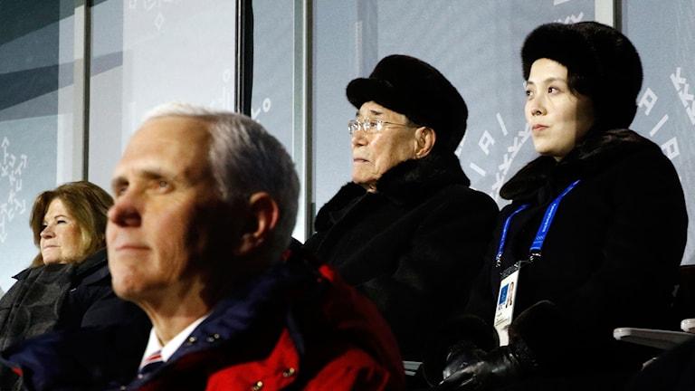 Nordkoreanska ledaren Kim Jong Uns syster Kim Yo Jong (längst till höger) deltog på OS-invigningen.