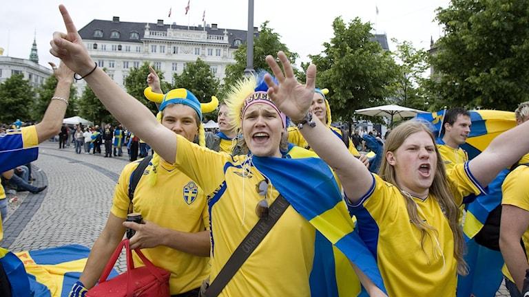 KÖPENHAMN 20070602 Svenska fotbollsfans började på lördag förmiddag inta ett regnigt och småkallt Köpenhamn i väntan på kvällens EM-kvalmatch på Parken mellan Danmark och Sverige. Kongens Nytorv och Nyhavn blev samlingspunkten för de flesta innan matchstart. Foto: Anders Wiklund/TT