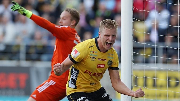 BORÅS 2016-09-25  Elfsborgs Per Frick jublar efter att han satt 2-2 målet bakom AIK:s målvakt Patrik Carlgren under söndagens allsvenska fotbollsmatch mellan IF Elfsborg och AIK på Borås Arena i Borås.  Foto Adam Ihse / TT