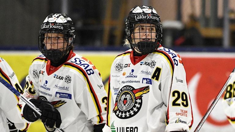 Arkivbild 2017: Luleås Michelle Karvinen och Emma Nordin.
