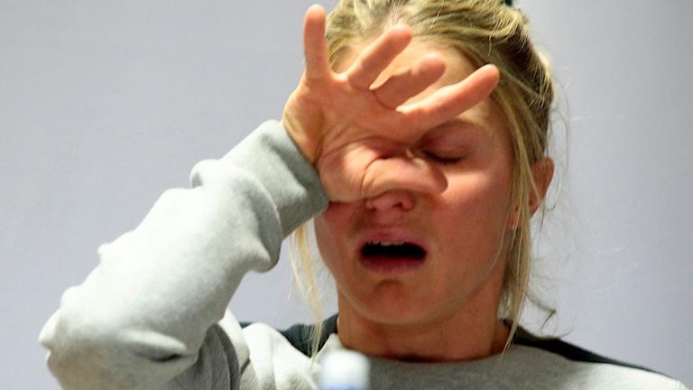 Therese Johaug i tårar på presskonferensen.