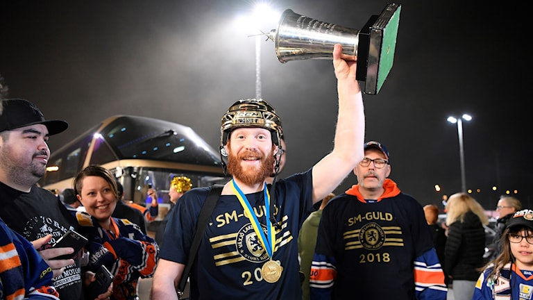Växjö Lakers Liam Reddox med pokalen vid ankomst till Vida Arena där fansen tar emot spelartruppen efter kvällens seger med 5-0 mot Skellefteå i den fjärde SM-finalen och man därmed säkrade SM-guldet.