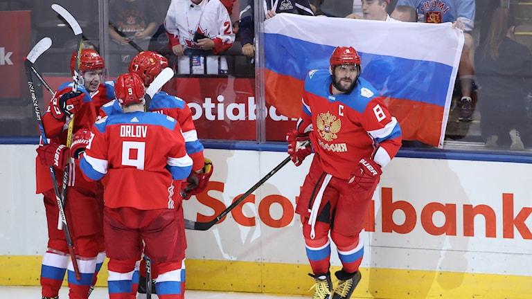 Alexander Ovetjkin (t.h.) firar Vladimir Tarasenkos mål.