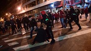 En polis dog under sammandrabbningar mellan supportrar till Athletic Bilbao och Spartak Moskva.