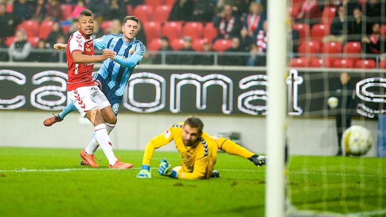 Kerim Mrabti gör mål för Djurgården.