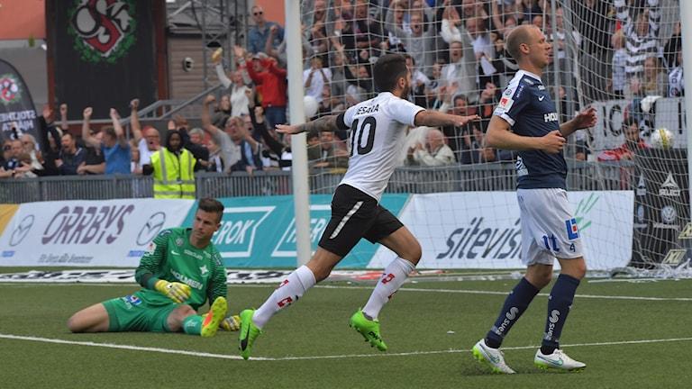 Nahir Besara firar ett av sina två mål mot Norrköping.