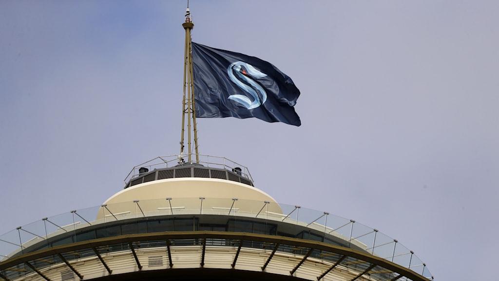 Seattle Kraken-flagga på toppen av Space Needle i Seattle.