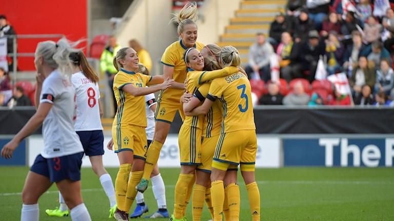 Sveriges Anna Anvegård kramas om efter 0-2-målet under söndagens landskamp mellan England och Sverige på New York Stadium i Rotherham.