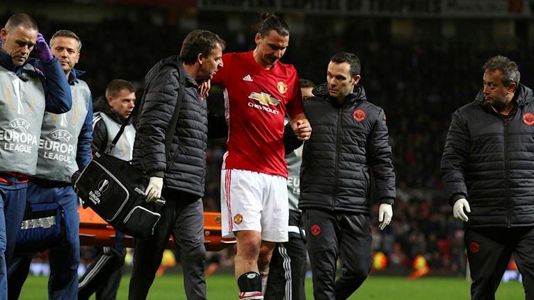 Zlatan Ibrahimovic leds av planen efter knäskadan.