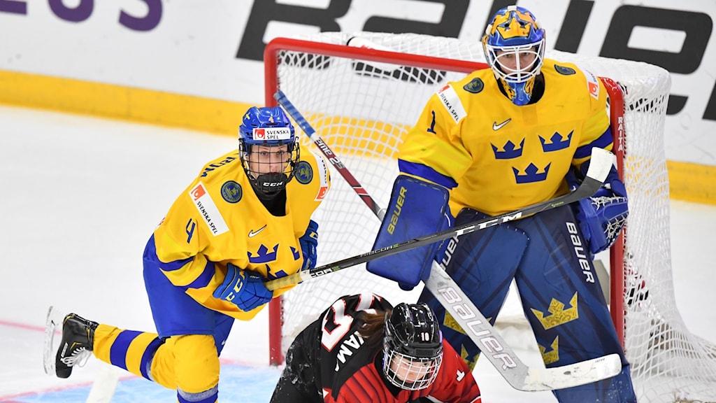 ESBO 20190409 Sveriges Sofia Engström och målvakten Sara Grahn med Japans Haruna Yoneyama under tisdagens match i ishockey-VM mellan Sverige och Japan i Metro Areena.  Foto Jonas Ekströmer / TT