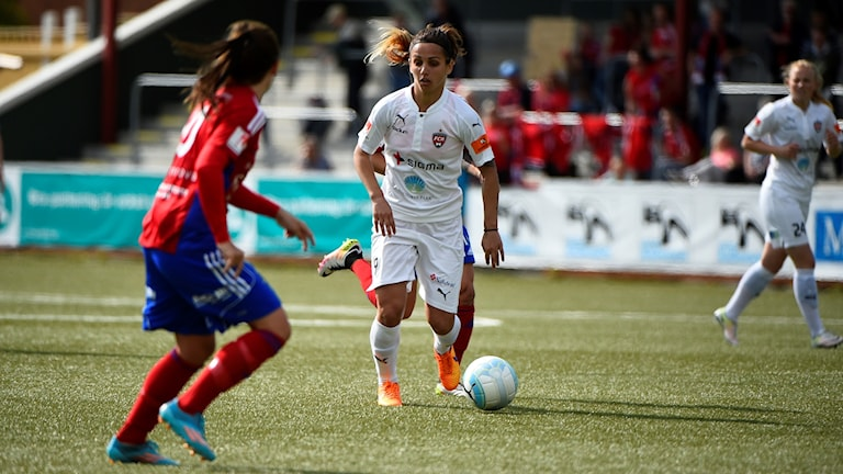 Rosengård i vit mot Vittsjö GIK i rött i en match från förra säsongens damallsvenska, från Malmö IP.