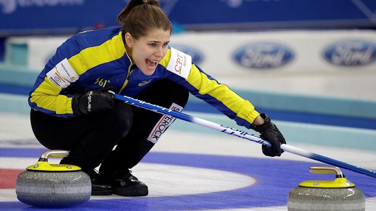 Anna Hasselborg dirigerar sina lagkamrater.