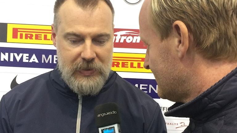 Tre Kronors förbundskapten Rikard Grönborg intervjuas av Radiosportens Magnus Wahlman.
