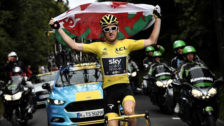 Geraint Thomas cyklar in i Paris med den walesiska flagga.