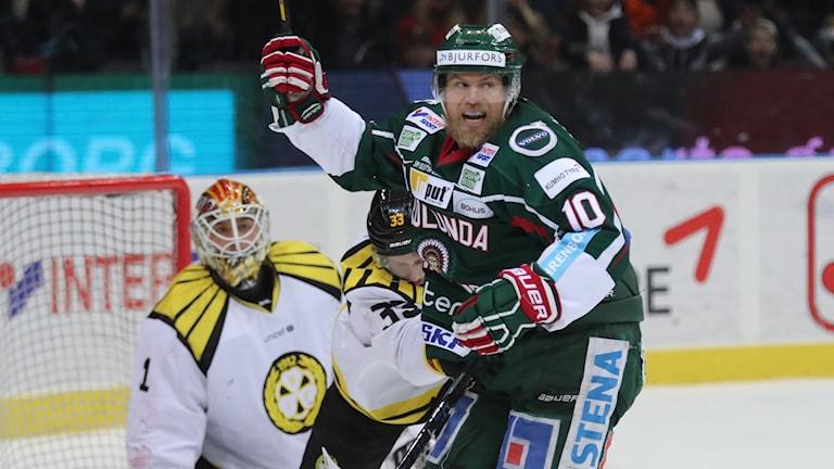 Sean Bergenheim har gjort 5-2 för Frölunda mot Brynäs i den tredje semin i SHL-slutspelet.