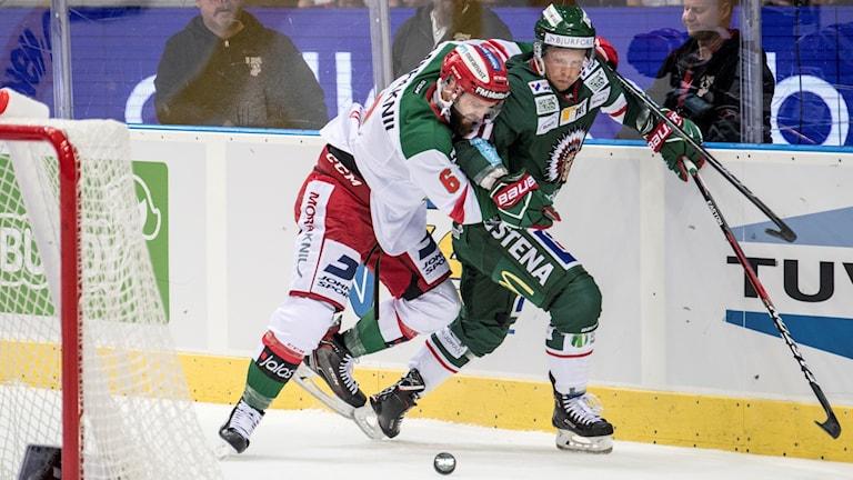 Moras Steven Sligo och Frölundas Ryan Lasch i kamp om pucken