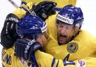 Arkiv: Tre Kronor har gjort mål mot Slovakien VM 2001. På bilden Mattias Öhlund gratuleras av Mikael Renberg. Foto: Edgar R.Schoepal /AP/PRB
