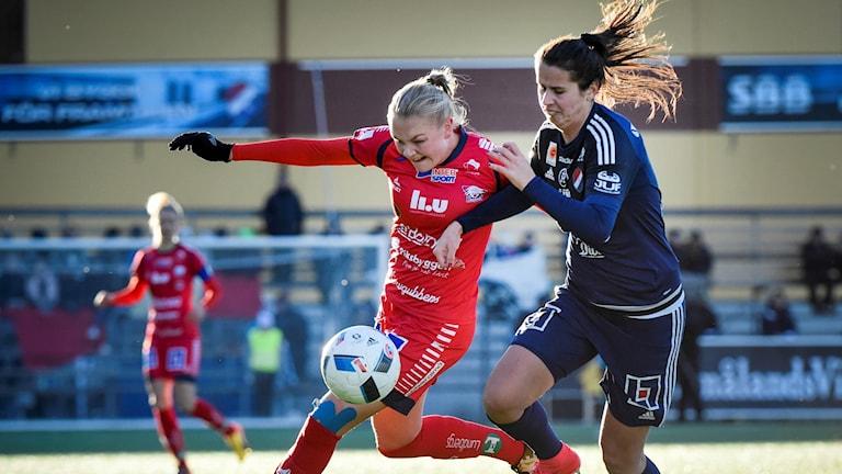 Linköpings Frida Leonardsen Maanum (tv) och Kvarnsvedens Armisa Kuc under söndagens damallsvenska fotbollsmatch mellan Kvarnsvedens IK och Linköpings FC på på Ljungbergsplanen