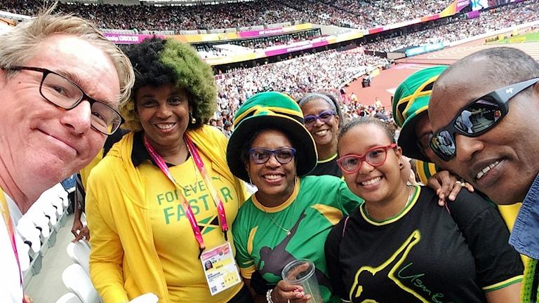 Radiosportens Bengt Skött med jamaicanska fans inför Usain Bolts sista lopp.