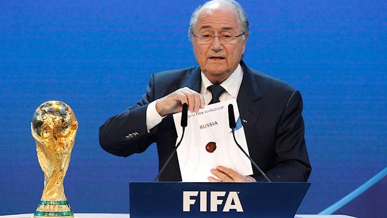 20100202 Fifas ordförande Sepp Blatter visar att Ryssland vunnit omröstningen inför VM 2018. Foto: AP Photo/Anja Niedringhaus