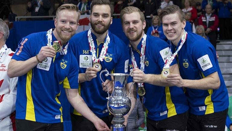 Lag Niklas Edin tog VM-guld i Kanada, i curlingfinalen mot hemmanationen.