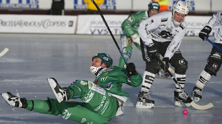 110305 Hammarbys Patrik Nilsson på fall vid semifinal i bandyns SM-sluspel mot Sandivken. Foto: Leif R Jansson / SCANPIX.