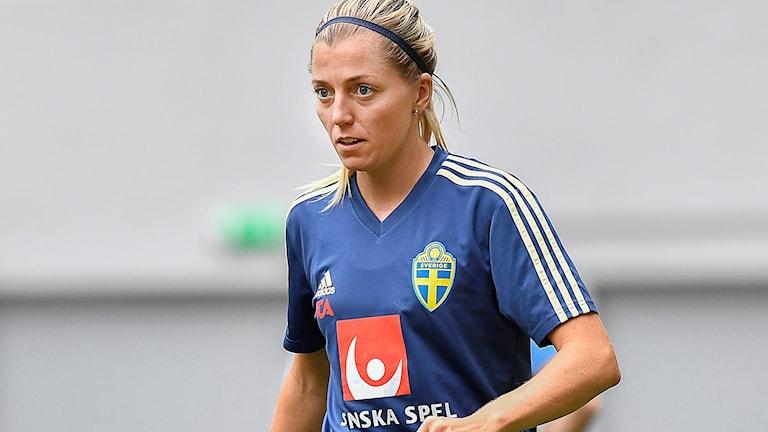 Linda Sembrant i aktion när det Svenska damlandslaget tränade på Lviv arena i Ukraina på måndagskvällen.