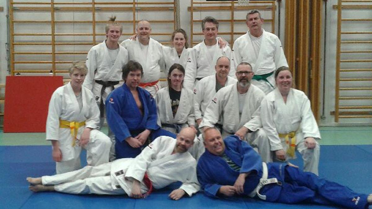 Martin Marhlo och Lasse Persson tar plats i judolaget. Foto: SR