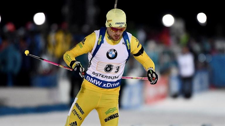 Sveriges Jesper Nelin på tredje sträckan under söndagens mixedstafett 2x6 km+2x7,5 km under världscupspremiären i skidskytte på skidskyttestadion i Östersund.