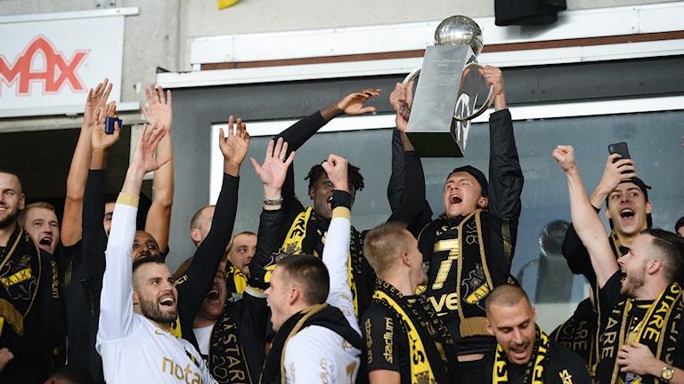 AIK jublar med SM-pokalen