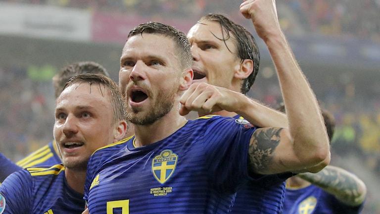 Marcus Berg firar ett mål med lagkamraterna i landslaget.