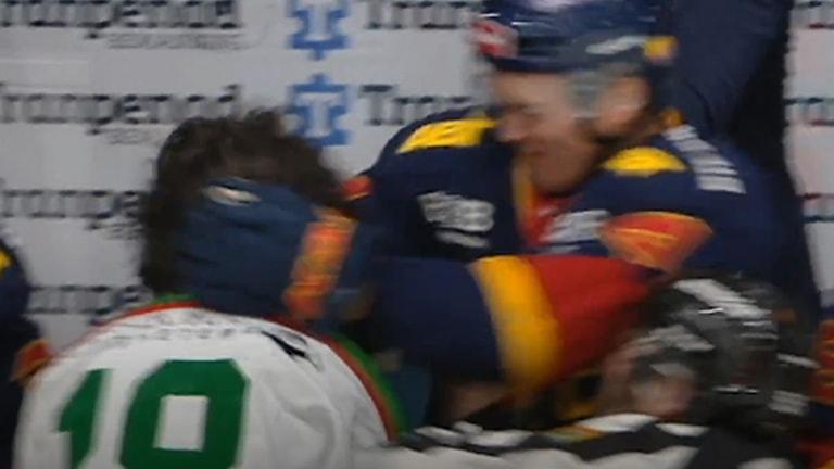 Marcus Högström slår till Dennis Everberg från båset.
