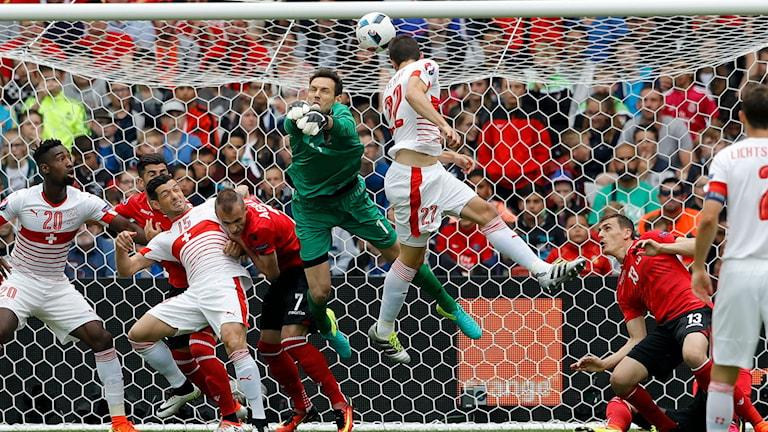 Här gör Fabian Schaer 1-0 för Schweiz.