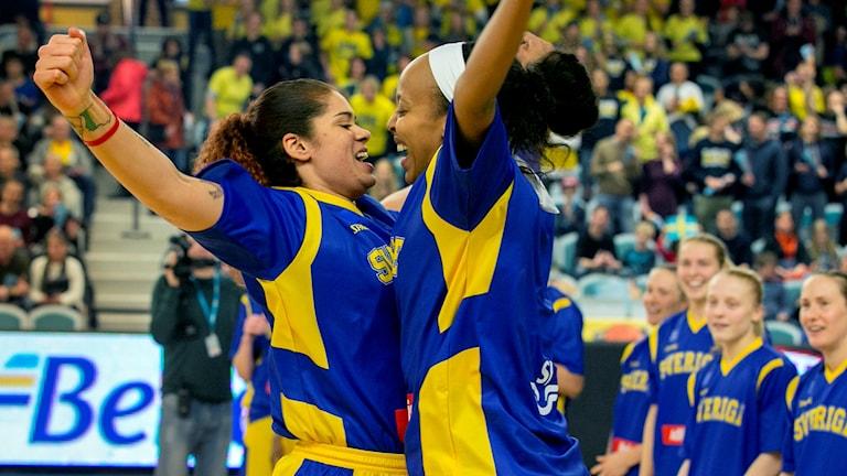 Sveriges Amanda Zahui och Farhiya Abdi från en kvalmatch tidigare i år.