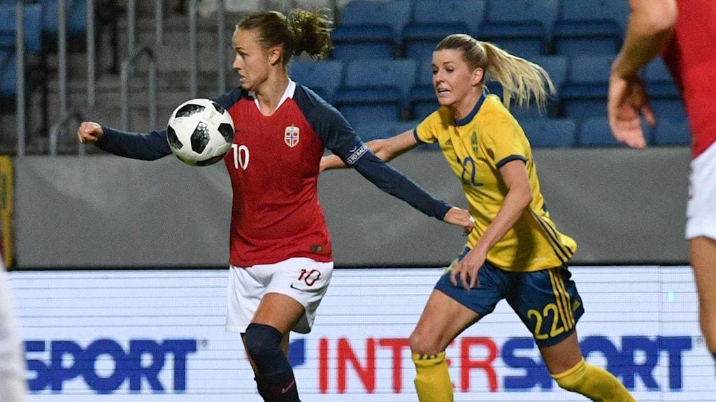 Olivia Schough gör mål för Sverige.