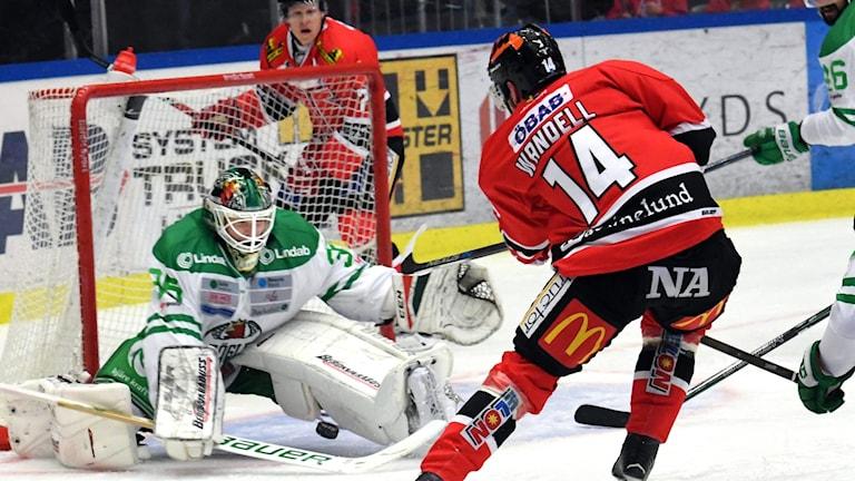 Örebros Tom Wandell gör 3-1 mellan benen på Rögles målvakt Oscar Dansj.