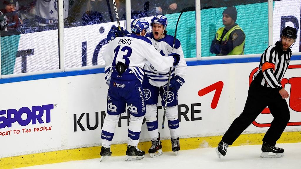 Leksands William Wikman (th) jublar efter sitt 0-1 mål tillsammans med Jon Knuts under fredagens ishockeymatch i SHL mellan Frölunda HC och Leksands IF i Frölundaborg.