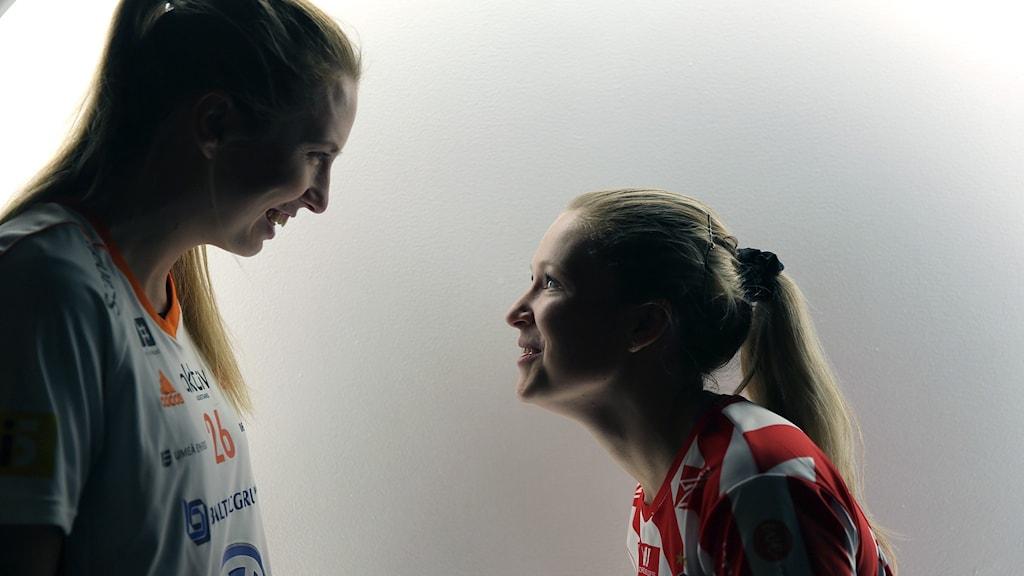 Emelie Wibron (t.v) och Ida Sundberg (t.h) är lagkaptener i Thorengruppen och Pixbo.